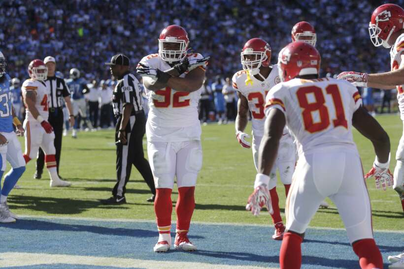 El tackle defensivo Dontari Poe anotó touchdown en acarreo de una yarda...