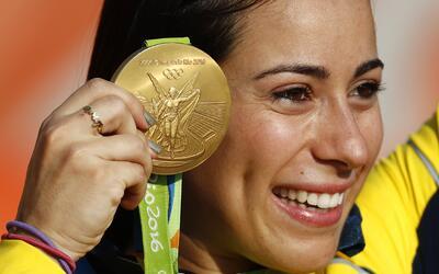 La colombiana Mariana Pajón muestra la presea de oro que consigui...