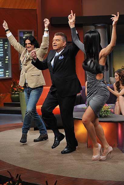 El Don baila  con mucho ritmo y con las manos arriba