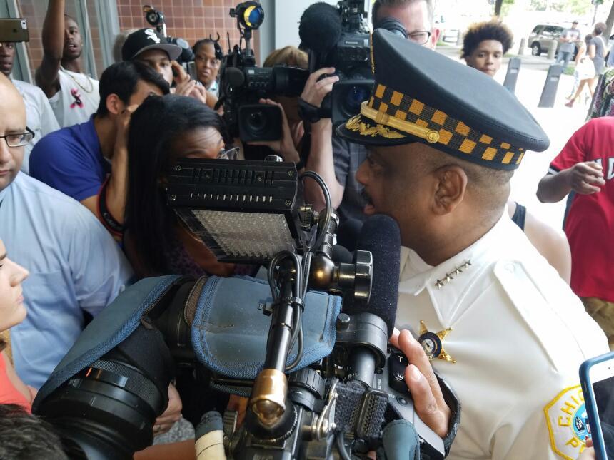 Un grupo de activistas interrumpió a Eddie Johnson, superintendente de l...