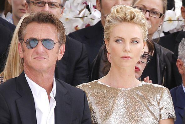 Charlize Theron y Sean Penn estuvieron en el Fashion Week de París.Mira...