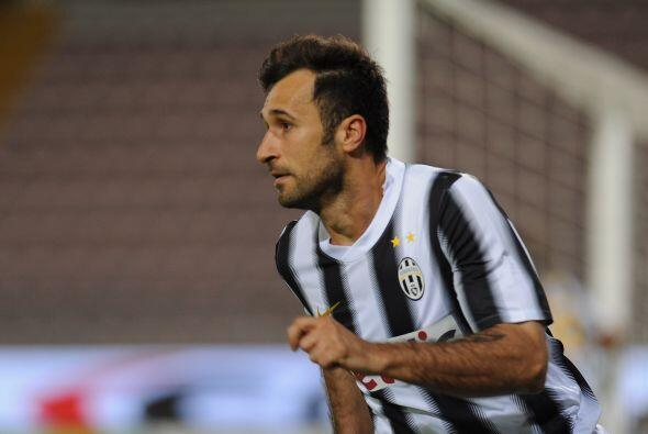 Mirko Vucinic se quitó al arquero rival y mandó la pelota al fondo de la...