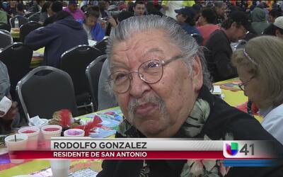 20 mil personas invitados a la cena de Acción de Gracias de Raúl Jiménez