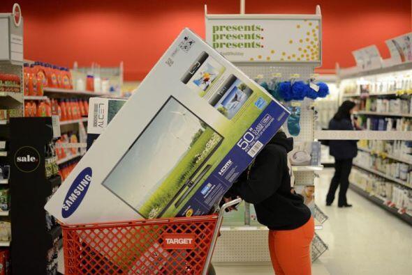 Un enorme televisor, oculta el rostro de una clienta de Target que desde...