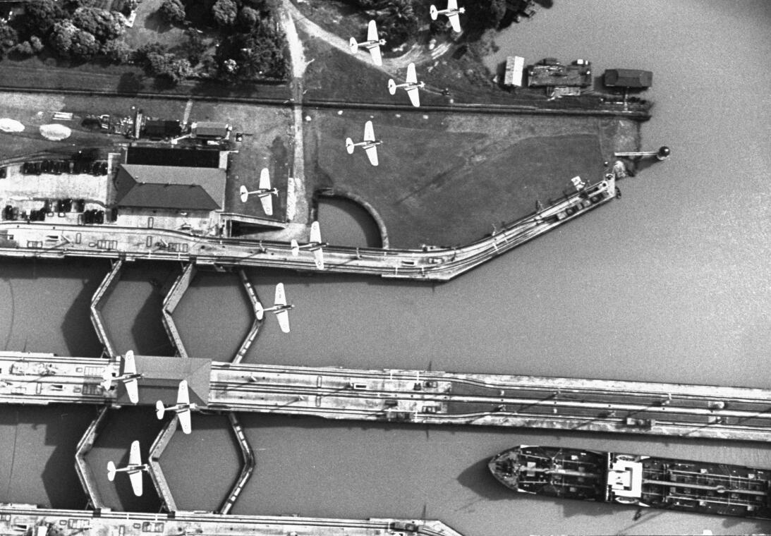 Aviones de guerra sobrevuelan la zona del canal. Para el ejército aliado...