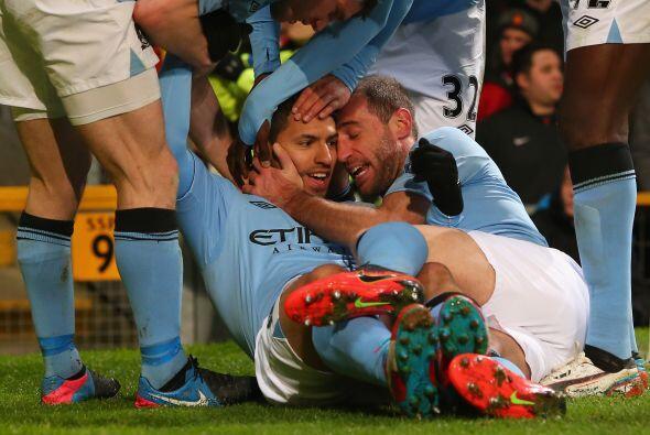 Todo el plantel del City corría a abrazar al 'Kun' luego de su ma...