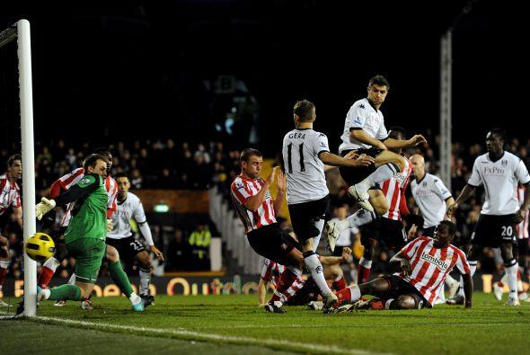 La chance más clara la tuvo el Fulham pero la pelota pasó...