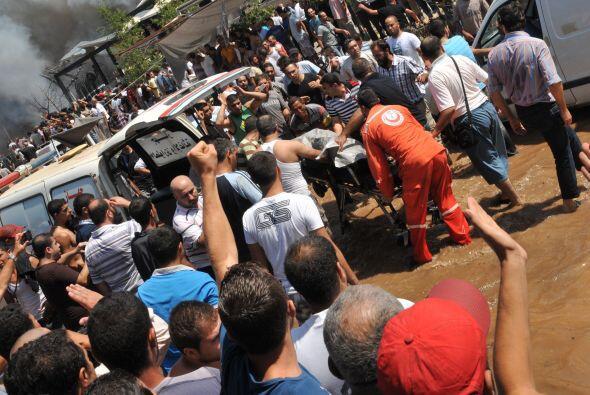 Los rescatistas sacan  el cuerpo de una de las victimas cerca de la mezq...