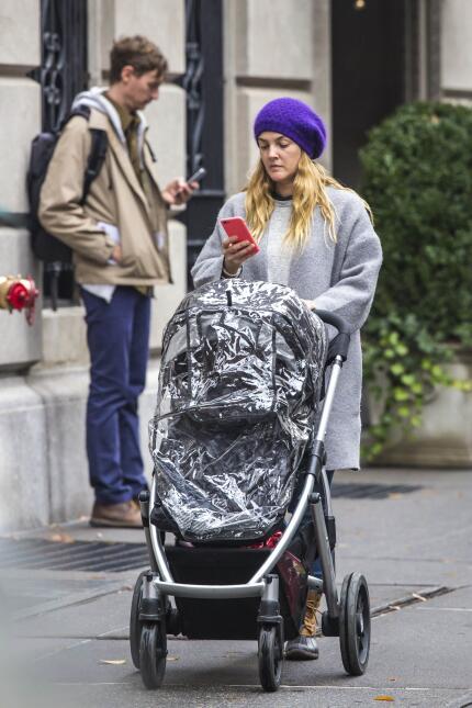 Drew Barrymore sacó a pasear a su bebé, aunque se ve un poco distraída c...