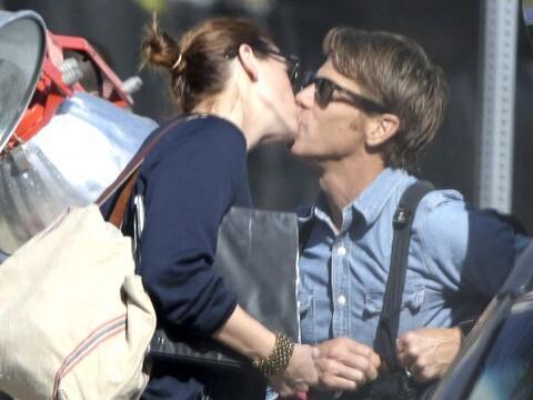 Un tierno beso es lo que esta pareja necesita para seguir con su rutina.