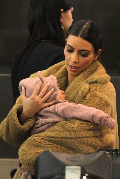 Kim es una mami muy dulce. Mira aquí los videos más chismo...