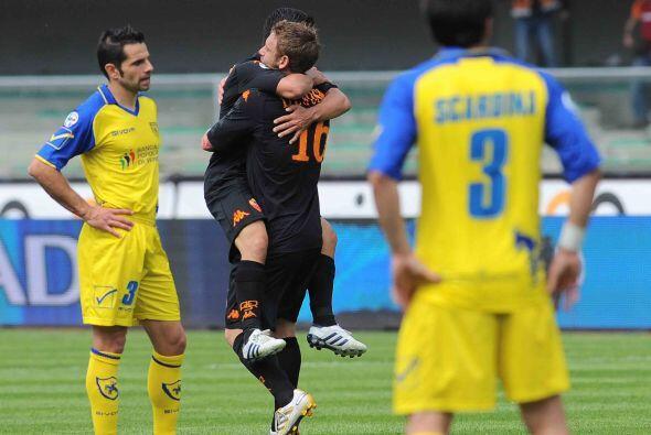 Por su parte, la Roma conseguía adelantarse en el marcador de su partido...