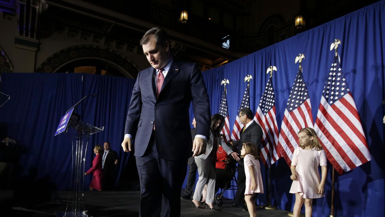 El senador Ted Cruz, de Texas, sale del escenario tras retirarse de la c...