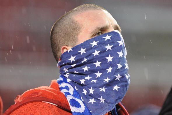 Los hinchas de EU, cual bandoleros, se protegían del frío...