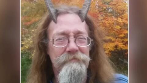 Hombre en Maine logra que le tomen la foto de su identificación legal co...