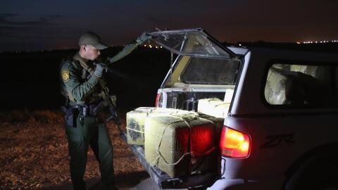 Un agente de la Patrulla Fronteriza en un operativo de decomiso de droga.