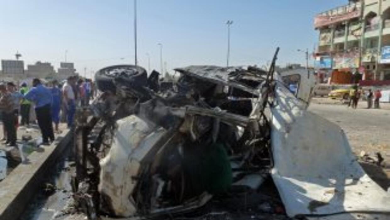 Funcionarios de la policía iraquí confirmaron que al menos 12 vehículos...