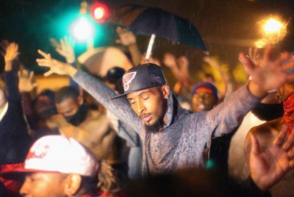 """""""Somos Michael Brown"""", coreó el grupo de manifestantes conforme alzaba l..."""