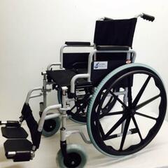 Modelo de la silla de ruedas con logo de la organización.