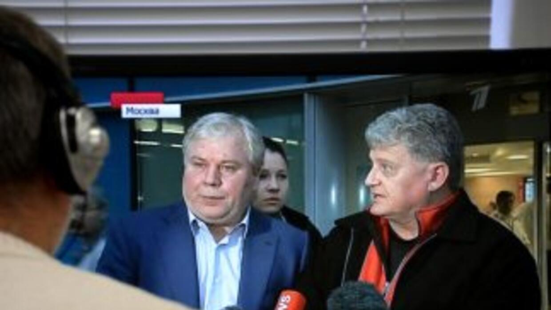 En el aeropuerto, Lon Snowden fue recibido por el abogado ruso Anatoli K...