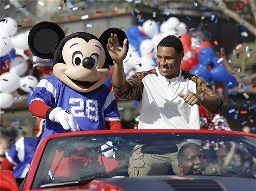 Acompañado de Mickey, el sorpresivo JMV saludó a la multitud (AP-NFL).