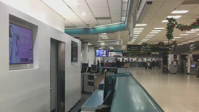 """""""Es una tortura"""": cubanos que estuvieron varados en aeropuerto de Miami por más de 12 horas"""