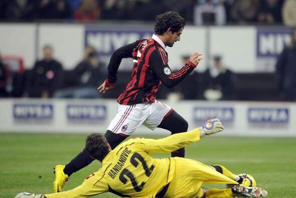 El brasileño Pato reapareció con gol luego de dejar al portero en el cam...