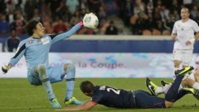 Ochoa dio un enorme partido ante el PSG, actual campeón francés, pero no...