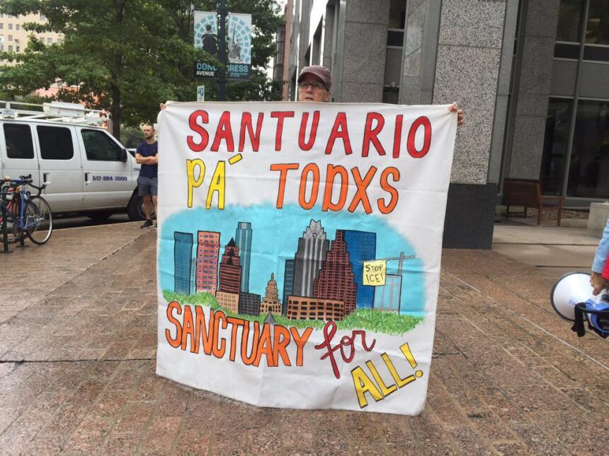Visita de Jeff Sessions a Austin provoca una protesta de decenas de pers...