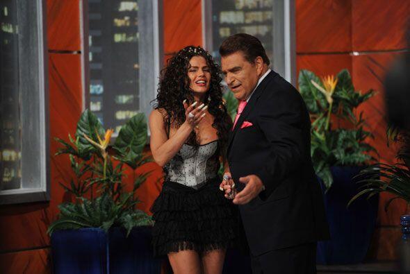 La cubana Niurka Marcos llega a encender el show de Don Francisco.