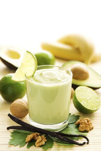 Para que tus smoothies sean más cremosos, agrega medio aguacate a la lic...