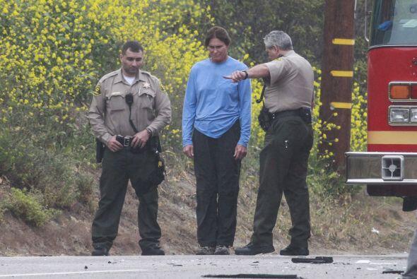 Aquí Bruce cooperando con los policías.