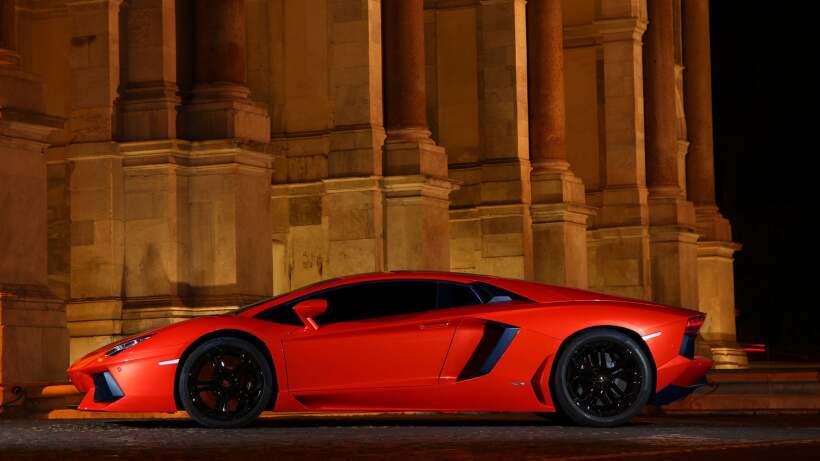 El Lamborghini Aventador trae un imponente motor V12 de 6.5 litros que a...