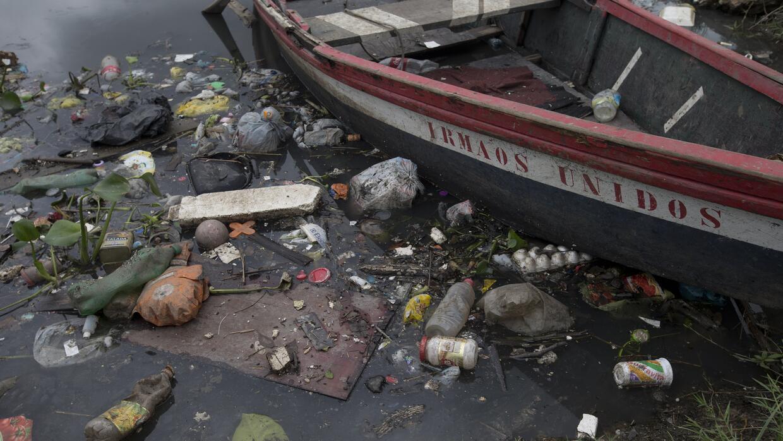 La contaminación de la Bahía de Guanabara en Río de Janeiro es muy visible.
