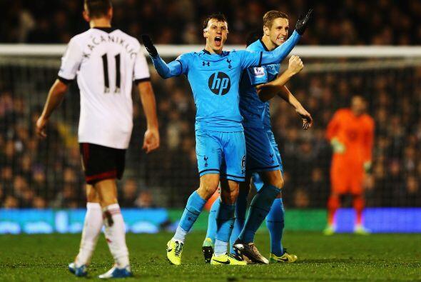 Tottenham también cumplió y viniendo de atrás venci...