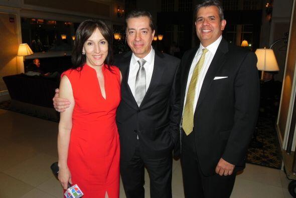 El presentador con Marisol Seda y el gerente general y vice presidente d...