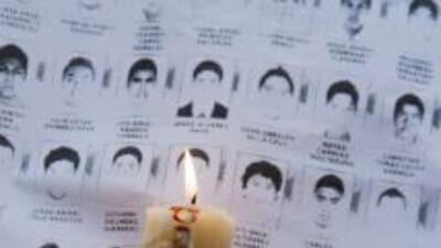 Familiares de los 43 estudiantes desaparecidos, durante una vigilia para...
