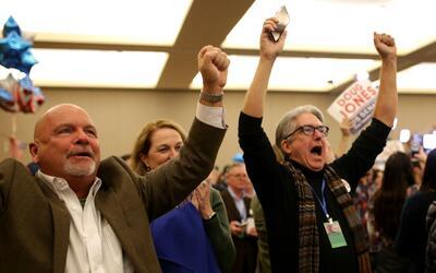 Partidarios de Doug Jones en Birmigham celebran el resultado de las elec...