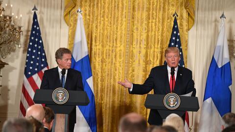 El presidente de Finlandia,  Sauli Niinistö, junto a Donald Trump e...