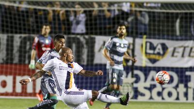 Nigel de Jong, del Galaxy de Los Ángeles, dispara durante el partido de...
