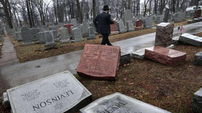 Tumbas vandalizadas en el cementerio judío de St. Louis