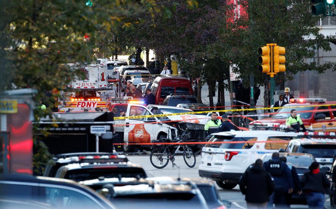 Un camión chocado en medio de la calle es reodeado por la policía de Nue...