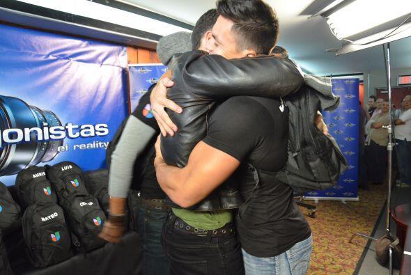 Adrián recibió un abrazo de Jonathan y después se u...
