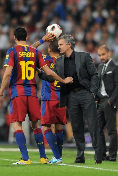 A Busquets parece que le gustó la fina camisa de Mourinho y se la quería...