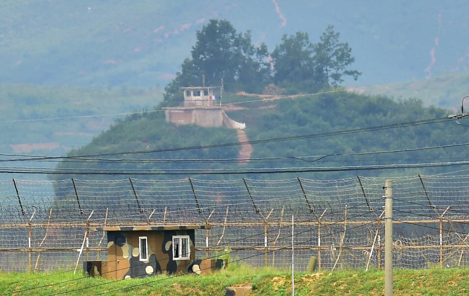 Un camino desértico conduce a la frontera entre Corea del Norte y Corea...