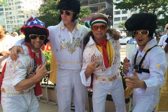 Este singular grupo trató de vestirse lo más parecido a Elvis, ¿les qued...
