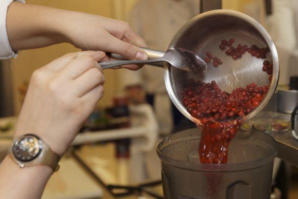 Remueve la olla del fuego y haz un puré con una procesadora manual. Déja...