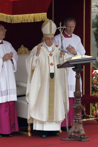 El Papa Francisco preside la ceremonia de canonización de los papas Juan...
