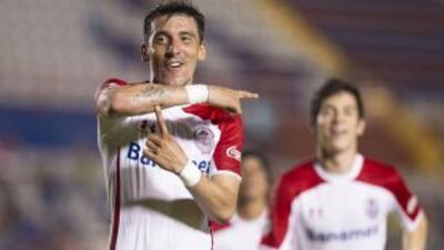 Edgar Benítez se despachó con tres goles ante los Potros.