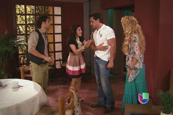 Daniel llega a su casa y Miriam lo ve completamente golpeado.